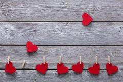 Walentynki tło, papierowi serca graniczy na drewnie, kopii przestrzeń Obraz Stock
