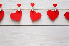 Walentynki tło, papierowi serca graniczy na drewnie, kopii przestrzeń Obrazy Stock