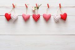 Walentynki tło, poduszek serca graniczy na drewnie, kopii przestrzeń Zdjęcie Stock