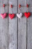 Walentynki tło, poduszek serca graniczy na drewnie, kopii przestrzeń Obrazy Stock