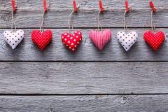 Walentynki tło, poduszek serca graniczy na drewnie, kopii przestrzeń Obraz Royalty Free
