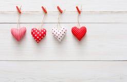 Walentynki tło, poduszek serca graniczy na drewnie, kopii przestrzeń Obraz Stock