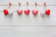 Walentynki tło, poduszek serca graniczy na drewnie, kopii przestrzeń Zdjęcie Royalty Free