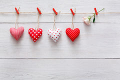 Walentynki tło, poduszek serca graniczy na drewnie, kopii przestrzeń Fotografia Royalty Free