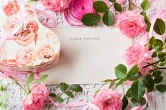Walentynki tło, różowe róże, prezenta pudełko, rocznik pocztówka Obrazy Stock