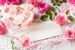 Walentynki tło, różowe róże, prezenta pudełko, rocznik pocztówka Zdjęcia Stock