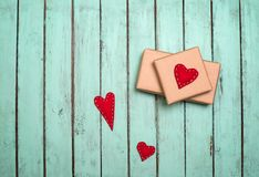 Walentynki tło z prezenta pudełkiem i serca dalej na podławym szyku Fotografia Royalty Free