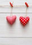 Walentynki tło, poduszek serca graniczy na drewnie Zdjęcia Stock