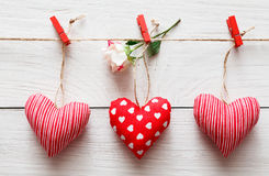 Walentynki tło, poduszek serca graniczy na drewnie Obraz Royalty Free