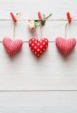 Walentynki tło, poduszek serca graniczy na drewnie Obraz Stock