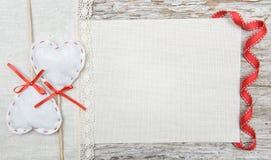 Walentynki tło z tekstylnymi sercami i faborek na starym drewnie Zdjęcie Royalty Free
