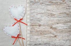 Walentynki tło z tekstylnymi sercami na starym drewnie Zdjęcia Royalty Free