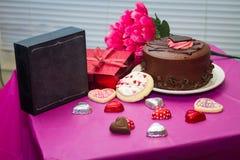Walentynki tort i ciastka z teraźniejszością Zdjęcie Stock