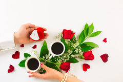 Walentynki wciąż życie z perła pierścionkiem w mężczyzna ręce, czerwonych różach i kobiety ręce z kawą, Fotografia Stock