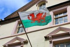 Wales flagga på en byggnad i staden av Caernarfon, Storbritannien royaltyfri foto