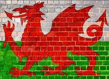 Wales-Flagge auf einem Backsteinmauerhintergrund Lizenzfreies Stockfoto