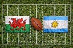 Wales vs Argentina flaggor på rugbyfält arkivfoto