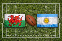 Wales vs Argentina flaggor på rugbyfält royaltyfri fotografi