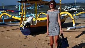 waling在与豪华snakeskin Python袋子的海滩的妇女 热带海岛巴厘岛,印度尼西亚 影视素材