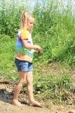 waling在泥的讨厌的女孩 库存照片