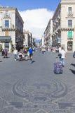 waling在Etna街道上的人们 库存照片