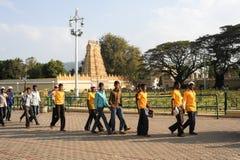 waling在Sri Bhuvaneshwari寺庙前面的人们 库存图片