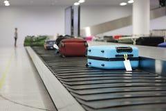Walizka lub bagaż na konwejeru pasku w lotnisku fotografia stock