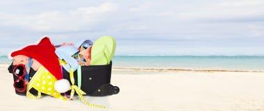 Walizka z bikini i okularami przeciwsłonecznymi Zdjęcia Royalty Free