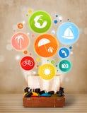 Walizka z kolorowymi lato ikonami, symbolami i Zdjęcie Royalty Free