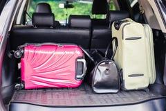 Walizki i torby w bagażniku samochodowy przygotowywający odjeżdżać dla wakacji Obraz Stock