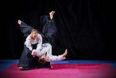 Walka między dwa aikido wojownikami obraz royalty free