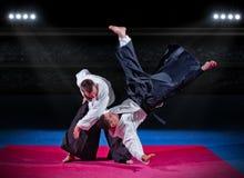 Walka między dwa aikido wojownikami fotografia royalty free