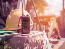 Walkie talkie, Zbawczego hełma radio komunikuje umieszcza na betonie po tym jak inżynier budowy kona pracować obrazy royalty free