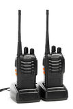 Walkietalkie dos rádios portáteis em estações de carregamento foto de stock