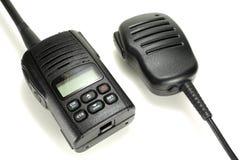 Walkietalkie portátil com o microfone handheld isolado em um fundo branco foto de stock