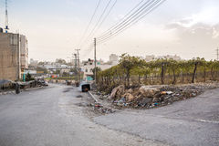 Walkig arabe d'homme par les banlieues pauvres de Hebron pendant les émeutes Photographie stock libre de droits
