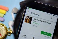 The Walking Dead: Seizoen Één dev app met het overdrijven op Smartphone-het scherm stock foto's