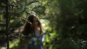 Walking Forest modelo femenino joven almacen de video