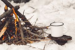 Free Walking Mug With Coffee Near The Campfire. Concept Hike, Walk, Trip In Winter Stock Photo - 160132420
