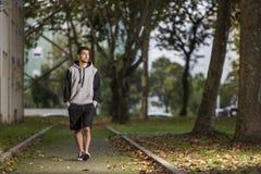 Walkink del ragazzo con la maglia con cappuccio immagine stock libera da diritti