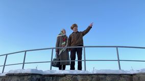 Walkink mayor romántico de los pares en el parque en invierno Amor por siempre fondo de la nieve blanca del invierno metrajes