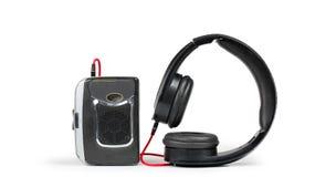 Walkman retro e fones de ouvido na prateleira branca fotografia de stock