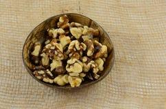 Walknuts descascados na bacia Imagens de Stock Royalty Free