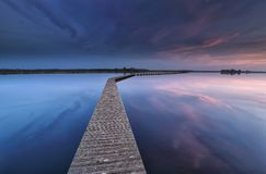 Walkpath de madeira na água no alvorecer fotografia de stock
