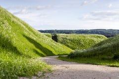 Walkpath tussen KernavÄ--hopen royalty-vrije stock afbeeldingen