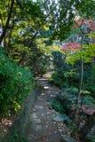 Walkpath y escaleras de piedra en jardín Imágenes de archivo libres de regalías