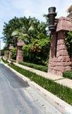 Walkway bredvid de staket-, stål- och stenväggarna. Arkivbilder