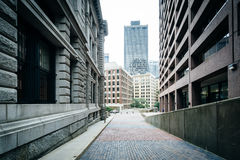 Walkway and buildings at Suffolk University, in Beacon Hill, Bos Royalty Free Stock Photos