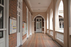 Walkway in college building Royalty Free Stock Photos