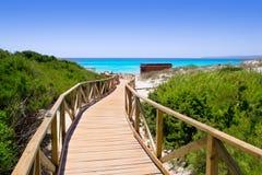Walkway för Formentera migjornEls Arenals strand arkivfoto
